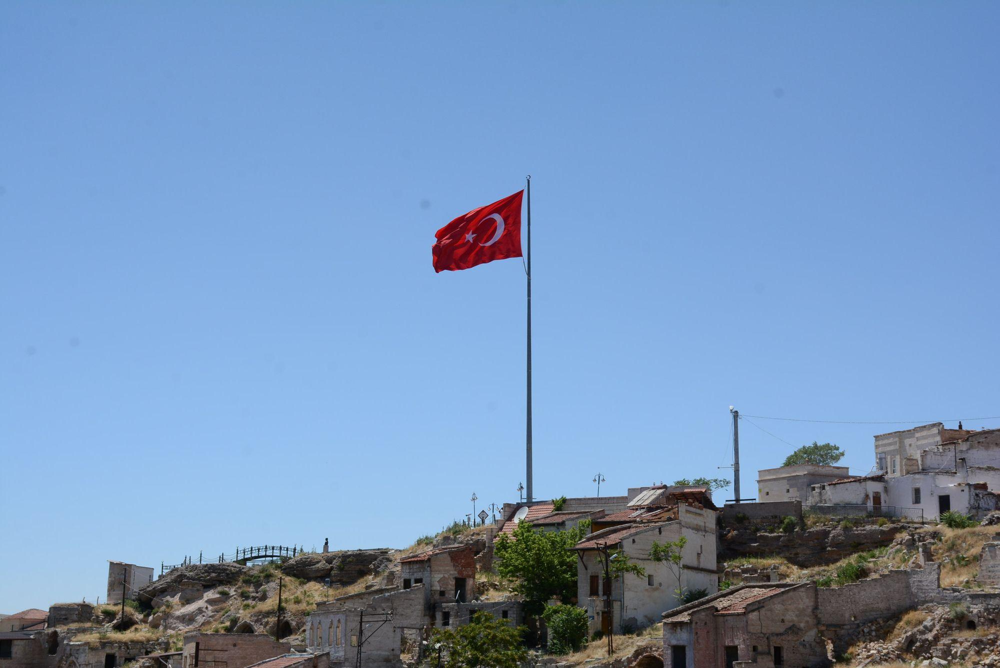 Bayrak direğinin yeri değiştirildi, Bayrağımız tekrar göndere çekildi.