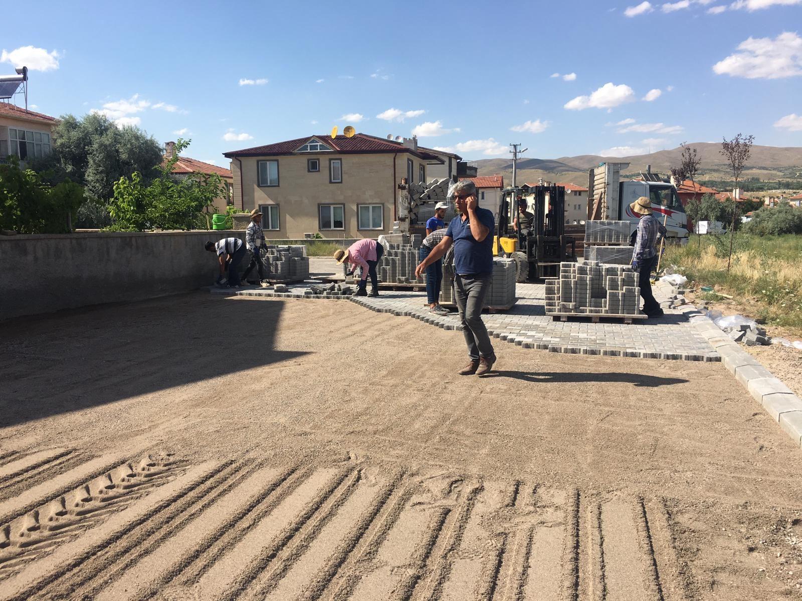 Yeni Mahalle Karadağ Caddesinde Parke taş döşeme çalışmalarımız tüm hızıyla devam ediyor.