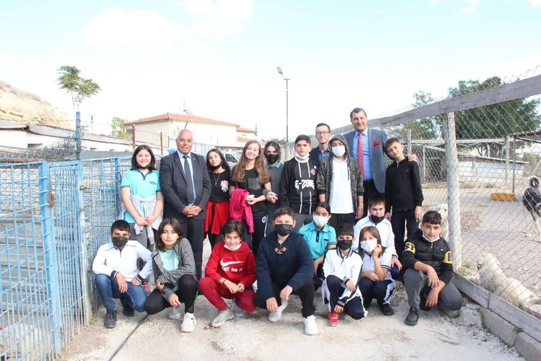 Avanos Mehmet Akif Ersoy Ortaokulu öğrencileri belediyemiz bünyesindeki Geçici Hayvan Barınağı'nı ziyaret ettiler.