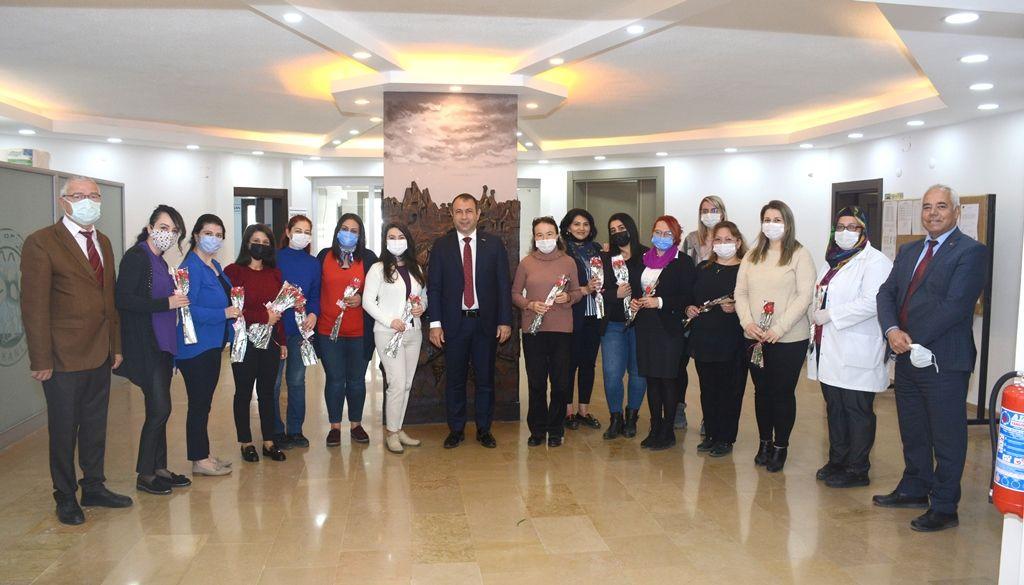 Başkan İbaş'tan Kadın Personellere Karanfil