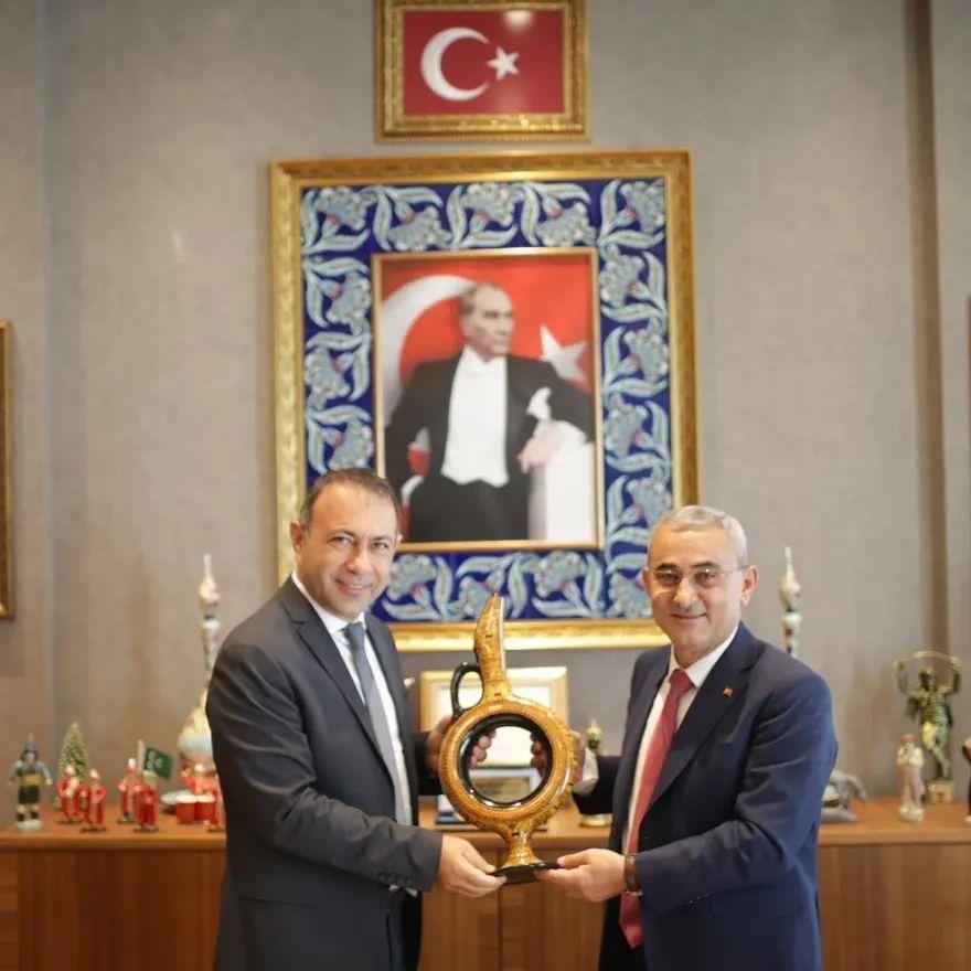 Belediye Başkanımız Celal Alper İbaş Kütahya Belediye Başkanı Prof. Dr. Alim Işık'ı makamında ziyaret etti.