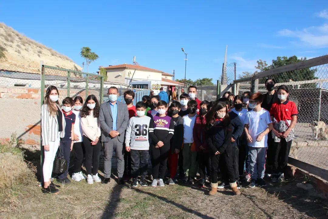 Bahçeşehir Koleji 6. sınıf öğrencileri Belediyemiz bünyesindeki Geçici Hayvan Barınağı'nı ziyaret ettiler.